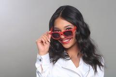 Mode-Frau, die mit Sonnenbrillen im Studio aufwirft Lizenzfreie Stockfotos