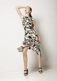 Mode-Frau im hellen pickeligen Kleid. Entwurf des zeitgenössischen Kleides Lizenzfreies Stockfoto