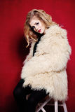 Mode-Frau mit dem gelockten blonden Haar im weißen Pelz-Mantel lizenzfreies stockfoto