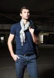 Mode geschossen: hübsches tragendes Hemd, Schal und Jeans des jungen Mannes Stockfoto