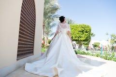 Mode Gifta sig modebegrepp Modemodell på bröllopsklänningen Brud i modeklänningen för att gifta sig charma för brud Fotografering för Bildbyråer
