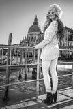 Mode-Händler, der den Abstand beim Tragen venetianisch untersucht Lizenzfreies Stockfoto
