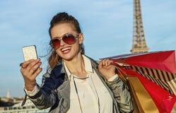 Mode-Händler, der selfie mit Smartphone in Paris, Frankreich nimmt Stockfotos