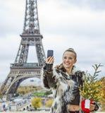 Mode-Händler mit dem Weihnachtsbaum, der selfie in Paris nimmt Lizenzfreies Stockfoto