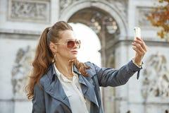 Mode-Händler in Paris, Frankreich, das selfie mit Telefon nimmt Lizenzfreies Stockbild