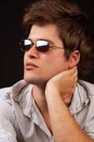Mode - homme sexy bel avec des lunettes de soleil Photographie stock libre de droits