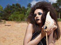 Mode im Freien schoss von der jungen Frau im Badeanzug. Lizenzfreie Stockfotos