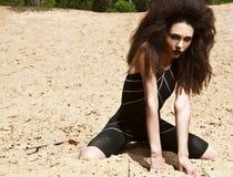 Mode im Freien schoss von der jungen Frau im Badeanzug. Lizenzfreie Stockbilder