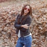 Mode im Freien tonte Farbporträt der jungen sexy Frau im jea Stockfoto