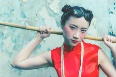 Mode ist chinesischer Housematereiniger bereit, Putzstelle zu erledigen stockbilder
