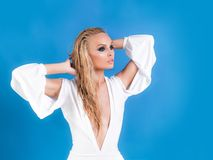 Mode, Kleidung Schönes weißes Kleid für ein junges Mädchen Frauenmodell lizenzfreies stockfoto