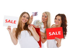 Młode kobiety z sprzedaż znakiem. Obraz Royalty Free