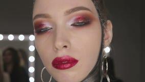 Mode-Kunst-Porträt des schönen Mädchens Schwarzes Haar und Nägel frisur stock video