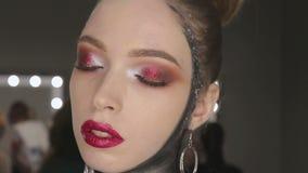 Mode-Kunst-Porträt des schönen Mädchens Schwarzes Haar und Nägel frisur stock video footage