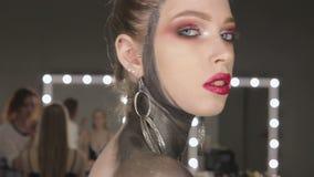 Mode-Kunst-Porträt des schönen Mädchens Schwarzes Haar und Nägel frisur stock footage