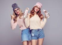 Mode Kvinna som har gyckel Shoppingförsäljningsrabatt Fotografering för Bildbyråer