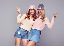 Mode Lèvres de soufflement de jeune femme Ayant l'amusement fou Image stock