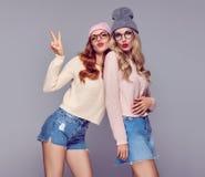 Mode Lèvres de soufflement de jeune femme Ayant l'amusement fou Images libres de droits