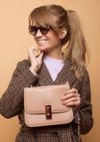 Mode, Leute und Lebensstilkonzept: Der Schönheit Abnutzungskaschmirmantel des gelockten Haares lang blonder und halten Handtasche Lizenzfreie Stockfotos