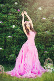 Mode-Mädchen im rosa Kleid draußen Stockbild