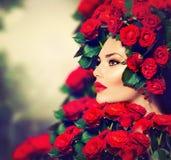 Mode-Mädchen-rote Rosen-Frisur Stockfoto