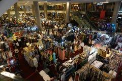 Mode-Markt innerhalb des Malls Stockfotos