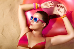 Mode-Mädchen-Porträt. Schöne junge ein Sonnenbad nehmende Frau Stockfoto
