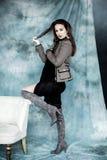 Mode-Militär redet an Modellieren Sie bei der Jacken-, Rock- und Stiefelaufstellung Lizenzfreies Stockfoto