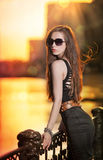 Mode-Modell auf der Straße mit Sonnenbrille und Kurzschlussschwarzes kleiden an Stockfotografie