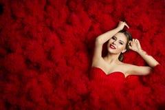 Mode-Modell auf rotem Flounce bewegt Hintergrund, Frauen-Schönheit wellenartig stockbild
