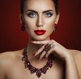 Mode-Modell Beauty Makeup, roter Steinschmuck, Retro- Frau stockfotos