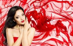 Mode-Modell Beauty Portrait, Frau über rotem wellenartig bewegendem Silk Stoff Stockfoto