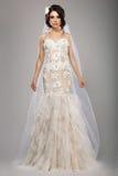 Mode-Modell Classy Bride im langen Hochzeits-Kleid und dem Schleier Lizenzfreie Stockbilder