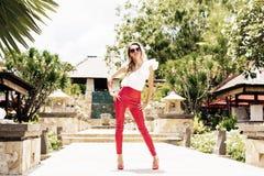 Mode-Modell, das in der fantastischen Kleidung aufwirft Lizenzfreie Stockfotos