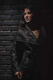 Mode-Modell, das in der Reptillederweste aufwirft Lizenzfreies Stockfoto