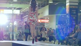 Mode-Modell, das entlang Podium, schönes weibliches Modell in den hohen Absätzen auf Brücke im Kleid, schwarze Schuhe der Nahaufn stock video footage