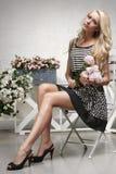 Mode-Modell, das im Stuhl aufwirft Lizenzfreies Stockfoto