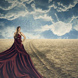 Mode-Modell, das mit langem Kleid aufwirft Stockfoto