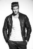 Mode-Modell in der Lederjacke mit den Händen in seinen Taschen Stockfotografie