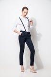 Mode-Modell in der schwarzen Hose und Spitze, die über Weiß aufwirft Stockfotos