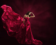 Mode-Modell Dress, Frau im Fliegen-Kleid, wellenartig bewegendes Seidengewebe stockfotografie
