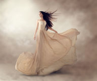 Mode-Modell in flüssigem Chiffon- Kleid der schönen Beige stockfotografie