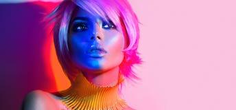 Mode-Modell-Frau in den bunten hellen Lichtern Lizenzfreies Stockfoto