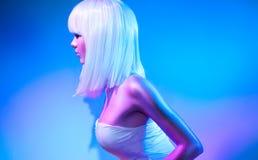 Mode-Modell-Frau in den bunten hellen Scheinen und Neonin den lichtern, die im Studio aufwerfen lizenzfreies stockbild