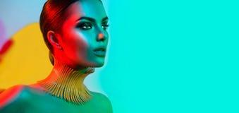 Mode-Modell-Frau in der bunten hellen Lichtaufstellung stockbilder