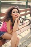 Mode-Modell-Frau fece Abschluss oben Gesichtsfrau mit glücklichem Gefühl Hübsche Frau auf Bank stockbilder