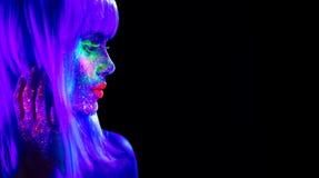 Mode-Modell-Frau im Neonlicht Schönes vorbildliches Mädchen mit buntem hellem Leuchtstoffmake-up lokalisiert auf Schwarzem stockbild