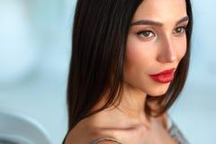 Mode-Modell Girl With Beauty stellen, schönes Make-up, rote Lippen gegenüber Stockfotografie