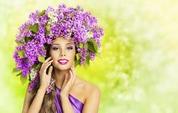 Mode-Modell-Girl Lilac Flowers-Frisur Frauen-Natur-Hut lizenzfreie stockfotografie
