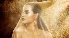 Mode-Modell Gold Veil Beauty, Frau unter goldenem Stoff-Netz, schönes Mädchen-Porträt stockbild